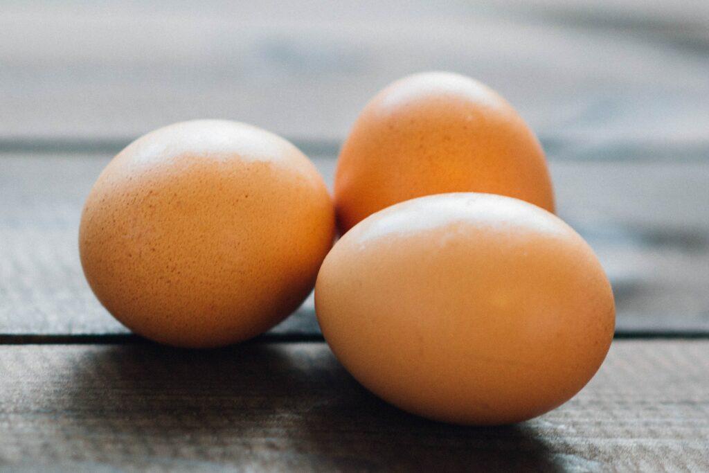drei braune Hühnereier