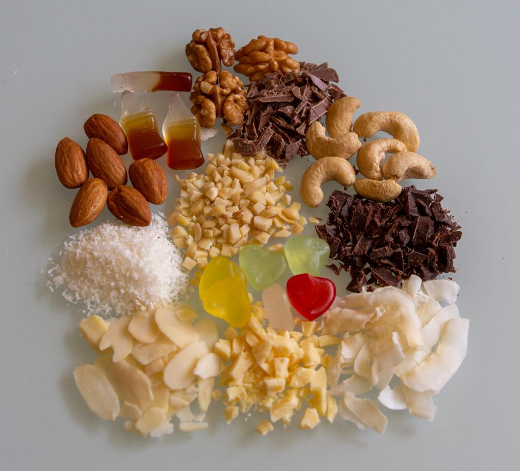 Verschieden Toppings für Frozen Joghurt. Mandeln, Walnüsse, Schokolade, Kokos, Gummibärchen.
