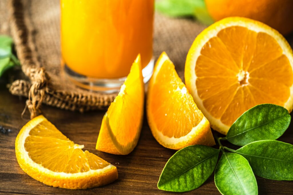 Orangenspalten und Orangensaft