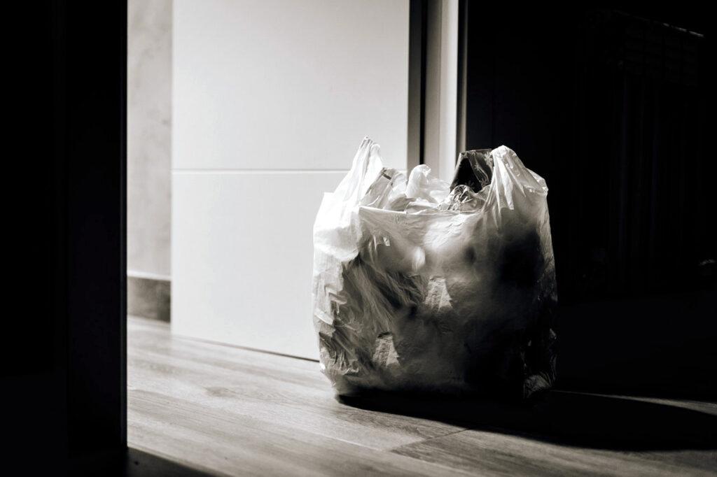 Gefüllte Mülltüte neben der Tür.