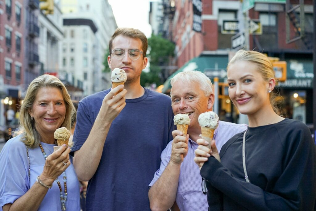 Familie mit Eiswaffeln in der Stadt