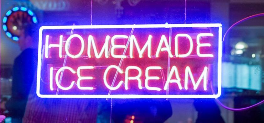 Leuchtschild mit dem Schriftzug Homemade Ice Cream