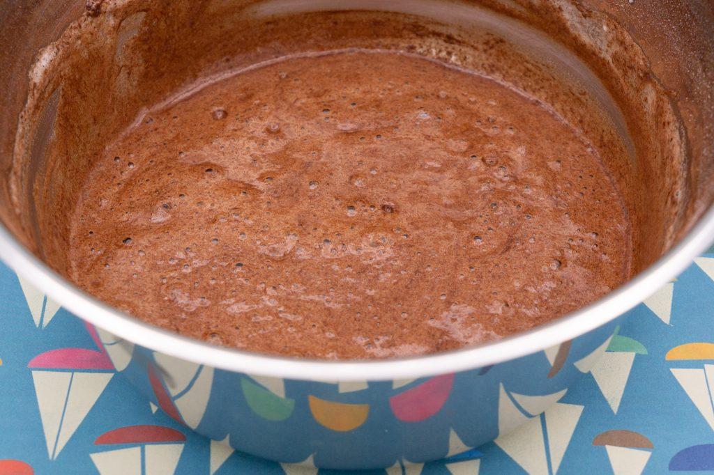 Auch die flüssige Schokolade wird gründlich untergehoben