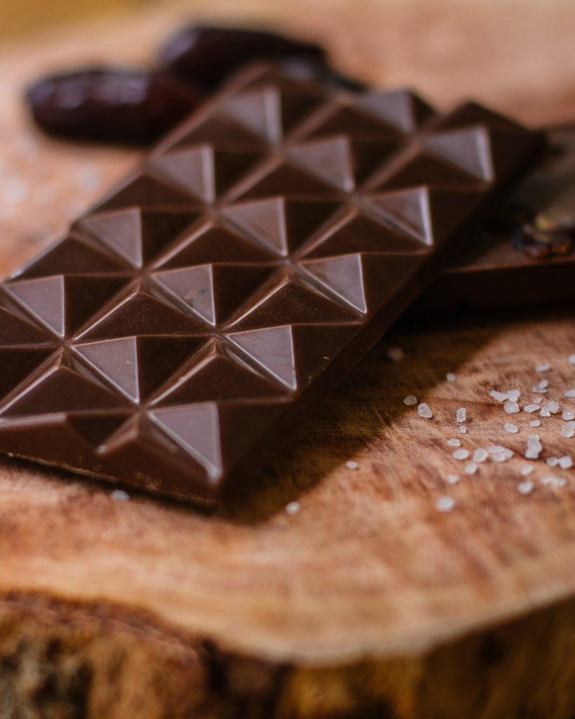 Ohne Schokolade kein Stracciatella-Eis: entweder gehackt oder geschmolzen ins fast fertige Eis einrühren
