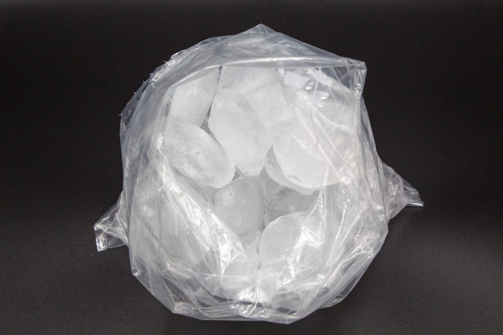 Put the ice cubes and salt into a 3-litre freezer bag