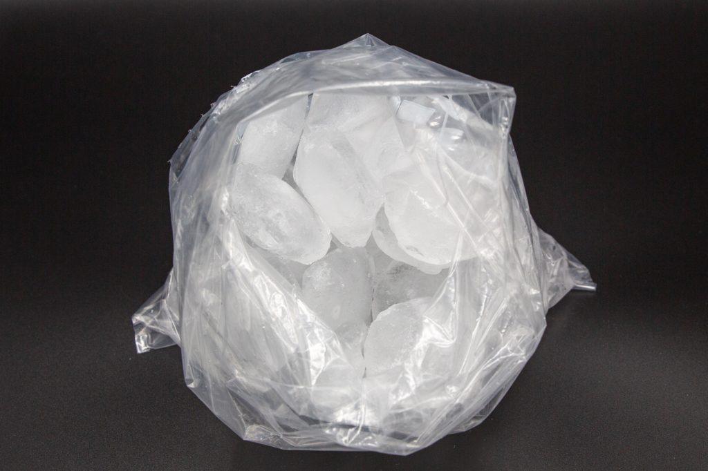 In einen 3-Liter Gefrierbeutel werden die Eiswürfel und das Salz gegeben