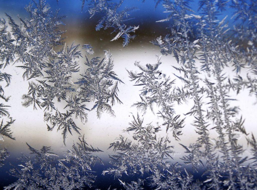 Eiskristalle werden durch das Rühren zerkleinert, damit das Eis cremiger wird