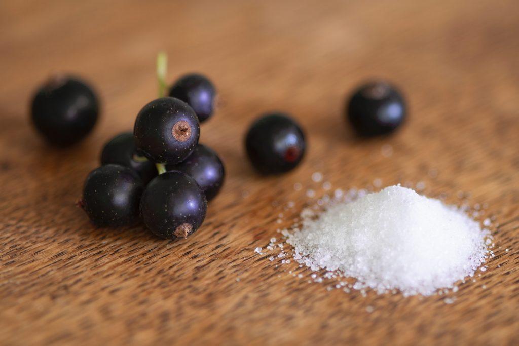 In diesem Rezept werden schwarze Johannisbeeren verwendet, die besonders reich an Vitamin C sind