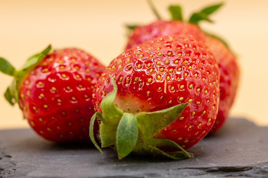 Fresh or frozen strawberries can be used as the basis for the strawberry sauce.