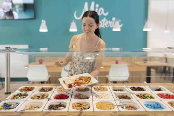 The topping selection at Mia Gelateria - here you can choose and combine everything yourself from ice to topping (Photo: Messe Stuttgart, picture credits Mia Gelateria)