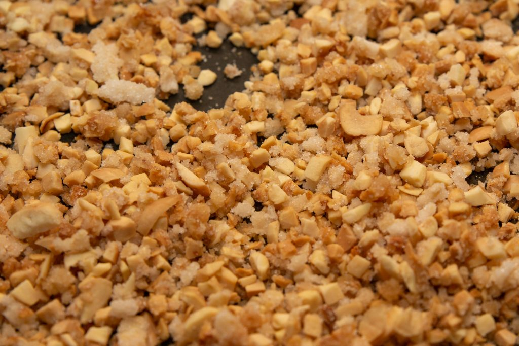 The brittle is ready: the nuts have taken on a nice brown colour and are coated with caramel
