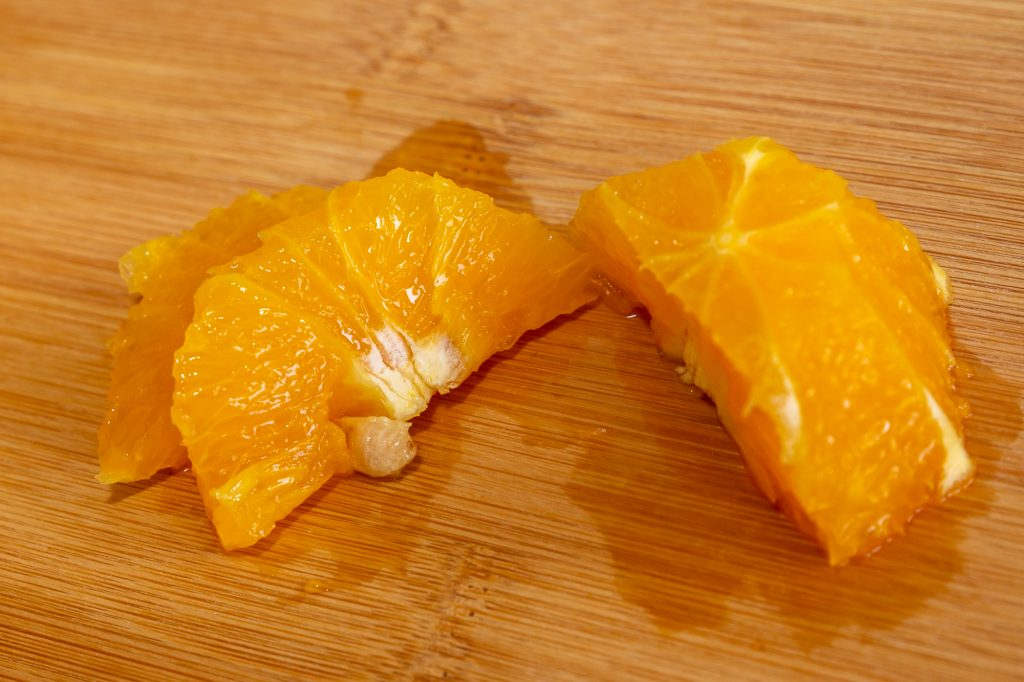 Die Kerne sollten sorgfältig entfernt werden, sonst wird das Eis bitter. Am besten fallen sie auf, wenn man die Orange in Scheiben schneidet.
