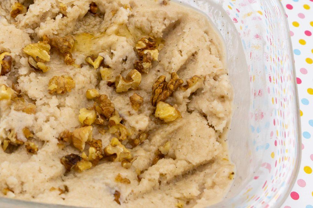 Die Alternative mit Banane führt zu einem etwas gröberen Walnuss-Eis, das auch von der Farbe dunkler ist.
