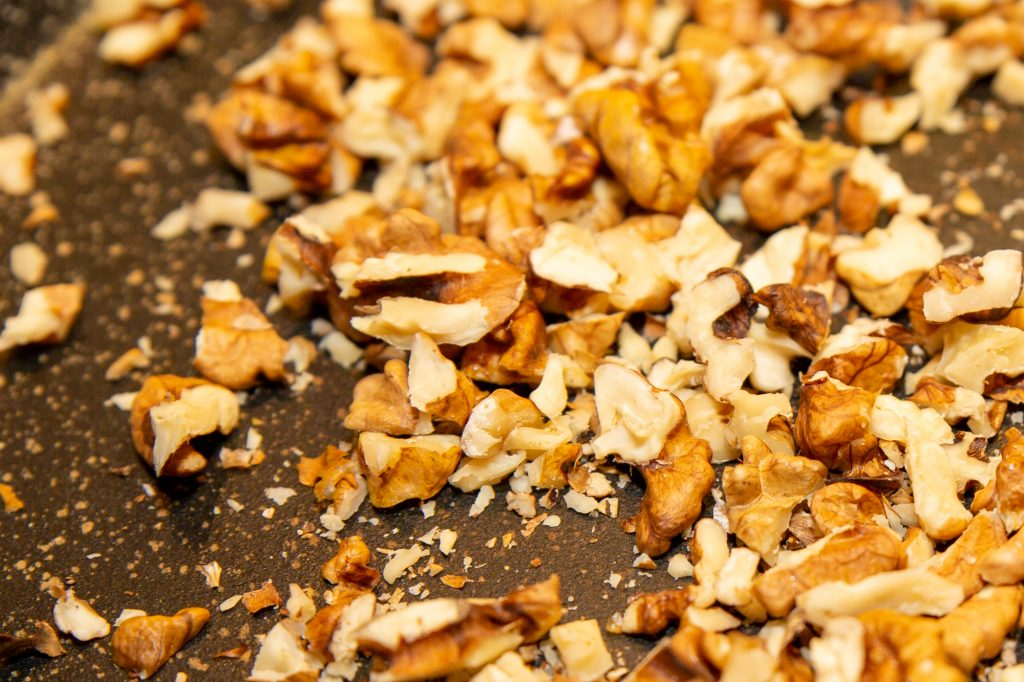 Carefully roast the walnuts in a pan and finally pour the remaining maple syrup over them.