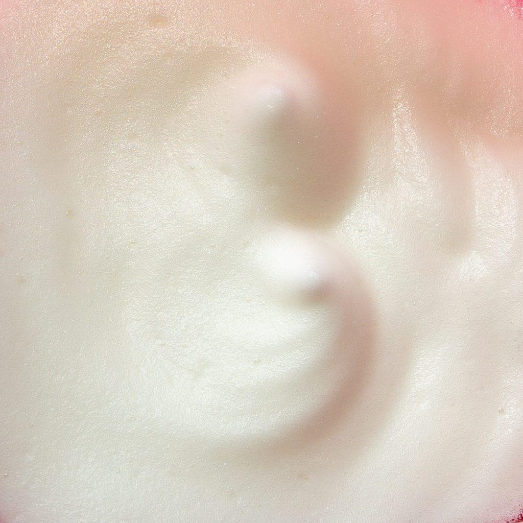 Aufgeschlagenes Aquafaba sieht wie Eischnee aus und hat auch dieselben Eigenschaften.