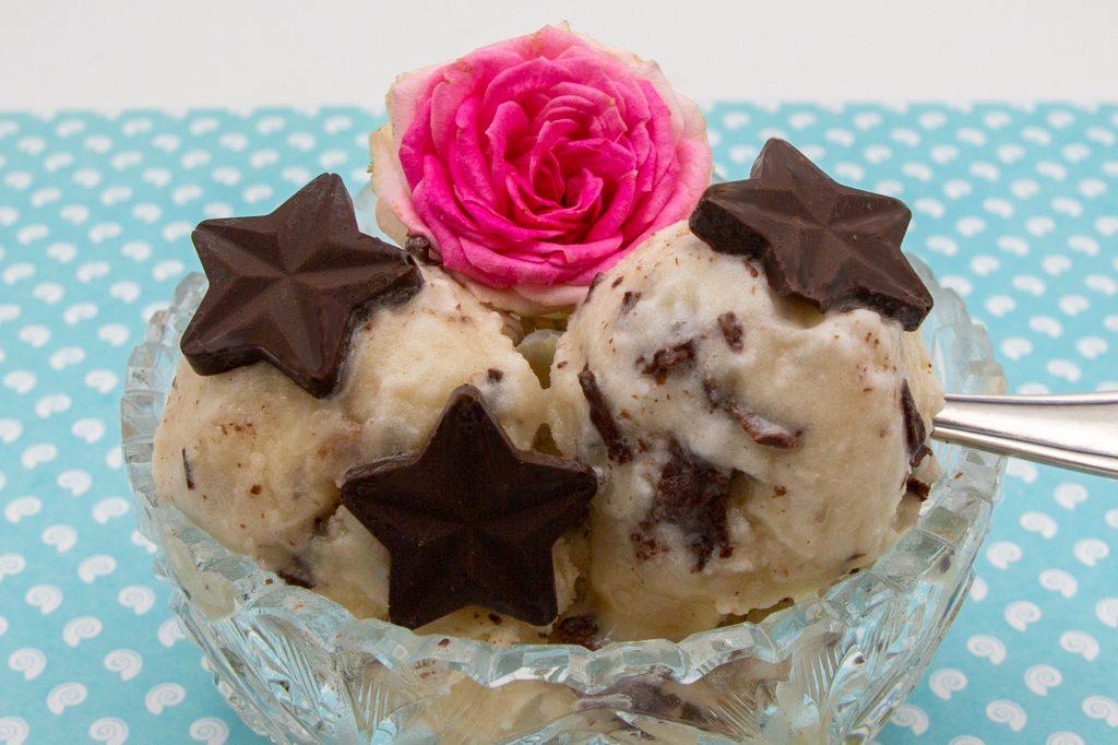 Veganes Stracciatella-Eis mit Schokoladensternen dekoriert.