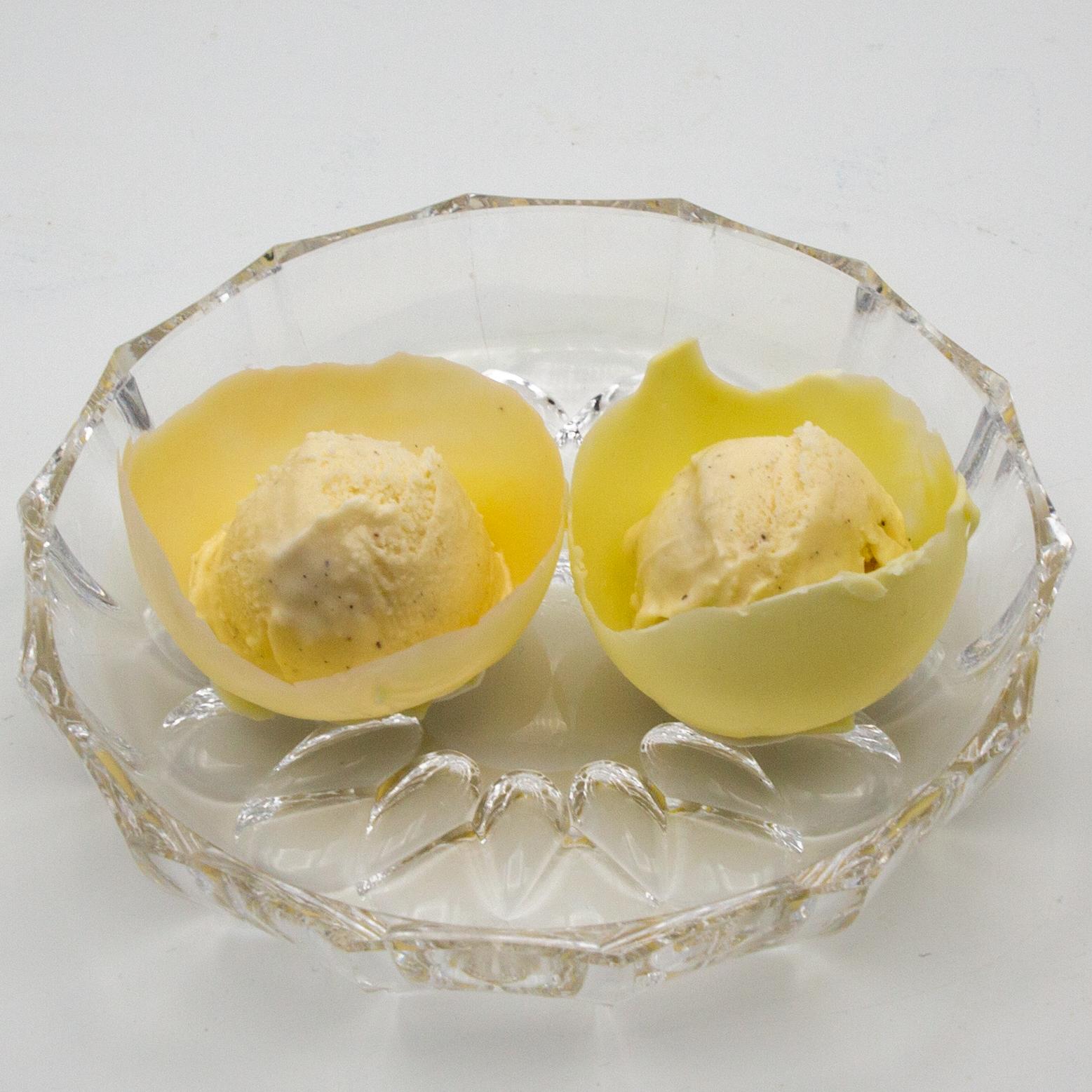 Put vanilla ice cream balls into the white chocolate bowls.
