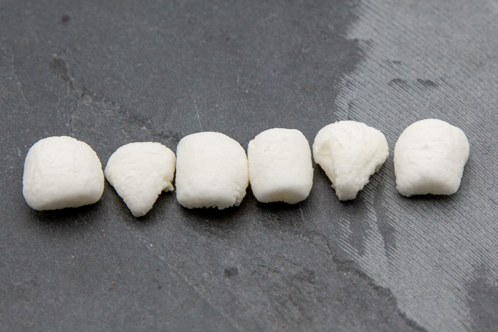 Some of the marshmallows are cut into triangles. From the order, always two whole teeth should be placed between the pointed teeth.