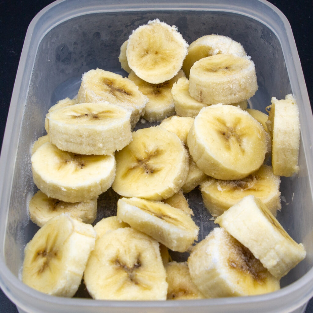 Sliced bananas are frozen in the freezer.